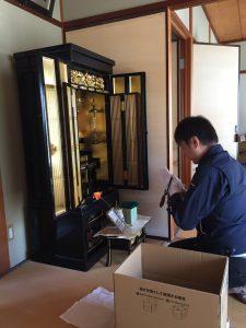 仏壇の搬出前のお参りの様子